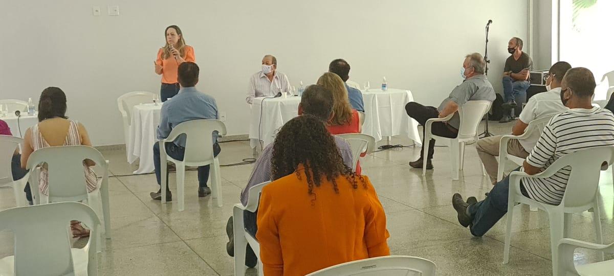 Auditores debatem com a candidata Adriana Accorsi
